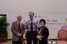 中大社會科學院院長李少南教授(左)與卓敏心理學講座教授張妙清教授(右)致送紀念品予Philip Zimbardo教授。