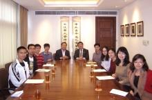 沈祖尧校长与林珲教授(中)勉励首批将赴联合国实习的研究生志愿者。