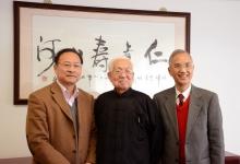 林珲所长(左)会见赞助首批志愿者参与实习计划的香港顺龙仁泽基金会蔡伯励主席(中)和刘世镛先生(右)。