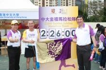 霍泰辉副校长(中)顺利完成今年的渣打香港马拉松比赛。