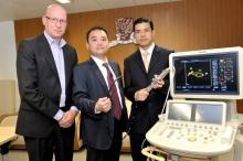 (左起) 顏慕勤教授、李沛威教授及余卓文教授展示三維心臟超聲波機。