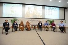 星雲大師(左四)、沈祖堯校長(右四)、妙光法師(左三)與五位中大學生對話。