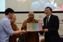星雲大師送贈其最新著作《百年佛緣》予沈祖堯校長。