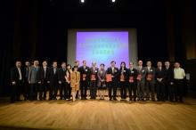 一眾獲獎中大學者與嘉賓及同事合照。