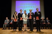 中大生命科學學院教授朱嘉濠教授(右二)及其研究團隊獲周靜博士頒授證書。