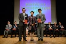 中大機械與自動化工程學系副教授王昌凌教授(左)獲謝凌潔貞女士頒授證書。