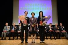 中大內科及藥物治療學系教授于君教授(右)及博士生沈加昀先生獲獲謝凌潔貞女士頒授證書。