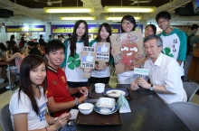 Prof. Fung Tung, Associate Pro-Vice-Chancellor of CUHK (right, front row) and members of CUHK Green World visit a campus canteen and present coupons to students who have finished their meals.