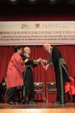法兰西学院铭文与美文学院常任秘书长Michel Zink教授(右)颁授越王勾践剑予饶宗颐教授。