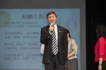 沈祖堯校長與同事一起獻唱《但願人長久》,祝願大家人月兩團圓。