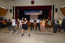參與表演的同事到台下帶領全場一起跳舞。