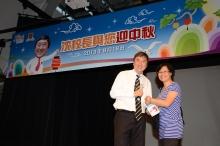沈祖堯校長頒獎予中獎的幸運兒。