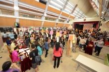 約五百名中大教職員出席聯歡會,場面熱鬧。
