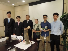 The research team led by Prof. CHIU Siu Wai (3rd right), School of Life Sciences, and Prof. CHENG Chun Hung (3rd left), Department of Systems Engineering and Engineering Management, has jointly developed an innovative 'Tree Guard Monitoring System'.