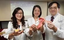 (右起)中大婦產科學系系主任梁德楊教授、名譽臨床副教授張春惠醫生和名譽臨床助理教授黃思慧醫生發布有關宮腔鏡子宮肌瘤切除術前注射「加壓素」的研究結果。