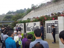 CUHK Faculty of Medicine holds an ash scattering ceremony for 20 silent teachers and invites their families to participate.
