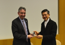 中大赛马会公共卫生及基层医疗学院院长杨永强教授(右)致送纪念品予Public Health England 行政总裁Duncan Selbie先生。