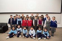 A group photo of the guests and winners of the primary schools category.