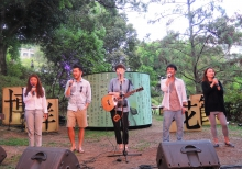本地唱作歌手岑寧兒(中)與朋友組成的無伴奏合唱組合「張山」演唱原創歌曲《不枉我們張山十年》。