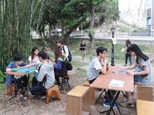 學生在竹林旁品茗下棋,度過美好時光。