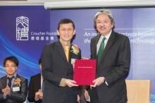 Mr John Tsang Chun-wah presents the award of Senior Research Fellowship to Prof Liwen Jiang.