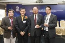 (左起) 生命科學學院院長陳文博教授、姜里文教授、理學院院長黃乃正教授、研究及知識轉移服務處副處長蔡錦昌博士