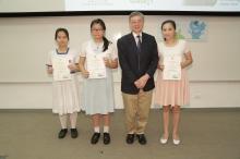 中大環境、能源及可持續發展研究所所長劉雅章教授(右二)頒發證書予「最受歡迎綠色資訊獎」得獎者。