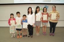 香港賽馬會慈善事務高級經理陳載英女士(中間)頒發證書予「傑出保源達人獎」得獎者。