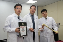 (From left) Dr. Tian Li, Prof. Qin Ling and Dr. Chow Ho Kiu from the Department of Orthopaedics and Traumatology, CUHK introduce the innovative bone implant, composed of biodegradable magnesium and conventional metals, which can be used for bone fixation in patients with osteoporotic fractures.