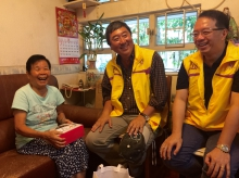 """Prof. Joseph Sung delivers """"CUHK Mooncake"""" to the elderly."""