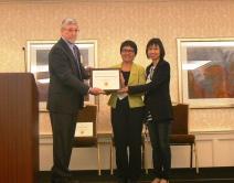 梁美仪教授及赵茱莉博士在美国威斯康辛州举行的AGLS年度会议中获颁授奖项并发表演说,分享在中大办通识课程的经验。