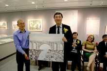 Mr. Ho presents a painting of Thomas to Prof. Joseph Sung.