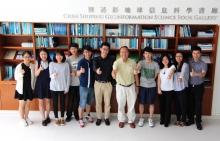 林珲教授(右五)和张鸿生教授(右一)为太空所第三期赴联合国实习生送行。