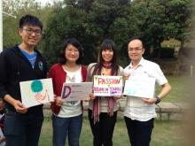 戴漪晨(左二)参与突破青年村支援政治难民的义工活动。