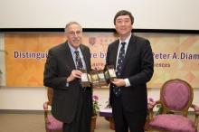 中大校長沈祖堯教授(右)致送紀念品予彼得.戴蒙德教授。