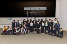A group photo of the guests and winners of the primary school students category of the green mini movies competition.