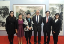 (from left) Prof. Ng Yuet-lau, President of Ling Ngai Association and Chairlady of the Hong Kong Lingnan Art Association (3rd left); Prof. Samuel Sun (3rd right), Master of S.H. Ho College, CUHK; Prof. Philip Chiu (2nd right), Assistant Dean (External Affairs) of the Faculty of Medicine, CUHK; pose for a photo with students of S.H. Ho College in front of Prof Ng's painting dedicated to the College titled 'Inspiring Young Minds in a Home-like College'.