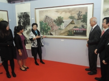 Prof Ng Yuet-lau introduces her painting titled 'Inspiring Young Minds in a Home-like College'.