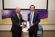 中大副校长许敬文教授(左)致送纪念品予魏尚进教授。