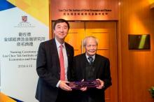 沈祖尧校长致送纪念品予刘佐德先生。