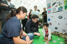 食物及卫生局局长高永文医生参观游戏摊位。