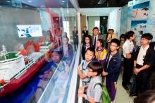 中大校长沈祖尧教授与众嘉宾和学生参观赛马会气候变化博物馆。