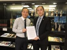 中大与LIGO签署了合作备忘录,正式成为LIGO首个香港合作院校。图中为中大物理系系主任吴恒亮教授(左)与黎冠峰教授。