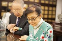 白雪仙博士與陳培偉醫生於善本書庫觀看劇照冊