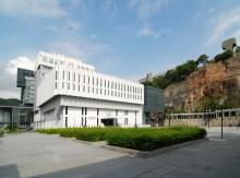 中大图书馆新翼大楼保留大学广场的原貌。
