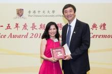 中大校长沈祖尧教授颁授长期服务奖予林淑贞女士(左)。