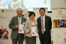 中大获黄宜弘博士(左一)与梁凤仪博士(中)创办之勤+缘慈善基金有限公司慷慨捐助,举办「中国文化艺术月」。沈祖尧校长颁发纪念品予两位以示感谢