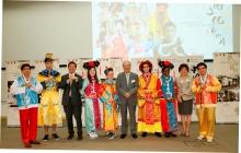 黄宜弘博士(右五)、梁凤仪博士(右二)及沈祖尧校长(左三)与穿上中国传统服饰的国际暑期课程学生合照