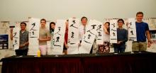 沈校长即场示范及教导学生写中国书法