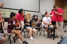 香港中乐团教导学生弹奏传统中国乐器